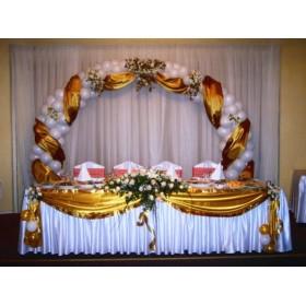 Свадебная арка с парчой и искусственными цветами